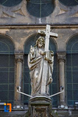 catedrala-romano-catolica-millenium-din-timisoara-judetul-timis-statuie-exterioara.jpg