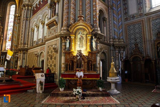 catedrala-romano-catolica-millenium-din-timisoara-judetul-timis-statuie-interioara-si-iconostas.jpg