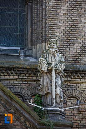 catedrala-romano-catolica-millenium-din-timisoara-judetul-timis-una-dintre-sculpturile-amplasate-pe-cladire.jpg