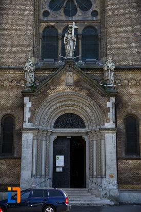 catedrala-romano-catolica-millenium-din-timisoara-judetul-timis-usa-cu-coloane-si-arce.jpg