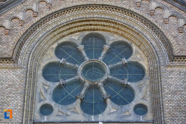 catedrala-romano-catolica-millenium-din-timisoara-judetul-timis-vitraliu-in-forma-de-floare.jpg