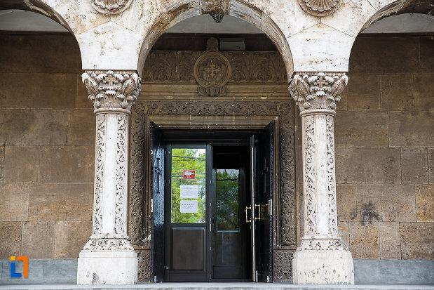 catedrala-sf-imparati-constantin-si-elena-din-hunedoara-judetul-hunedoara-doua-coloane-si-intrarea.jpg