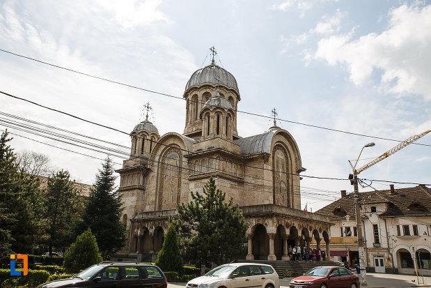 catedrala-sf-imparati-constantin-si-elena-din-hunedoara-judetul-hunedoara-fotografiata-de-la-distanta.jpg
