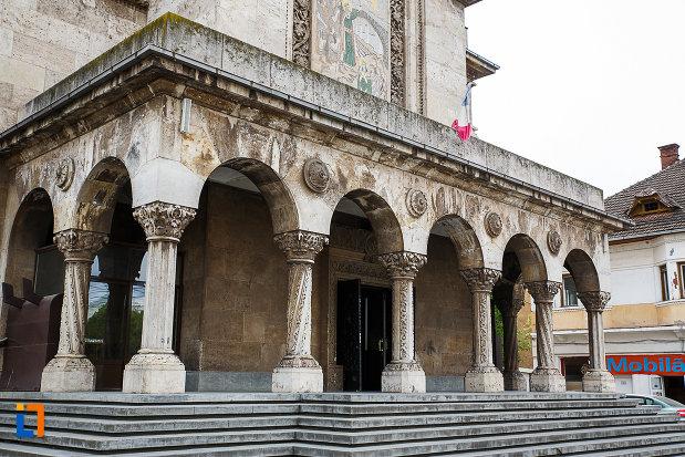 catedrala-sf-imparati-constantin-si-elena-din-hunedoara-judetul-hunedoara-trepte-si-coloane-de-la-intrare.jpg