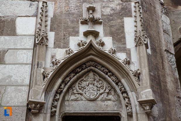 cateva-decoratiuni-de-pe-castelul-corvinilor-azi-muzeu-din-hunedoara-judetul-hunedoara.jpg