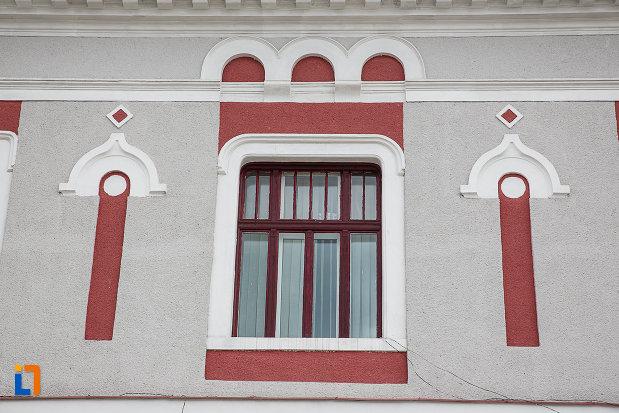 cazinoul-functionarilor-azi-teatrul-i-d-sarbu-din-petrosani-judetul-hunedoara-poza-cu-fereastra-decorata.jpg