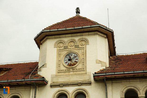 ceasul-de-pe-vechiul-tribunal-judetean-din-focsani-judetul-vrancea.jpg