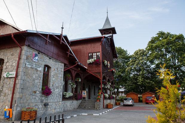 centrul-cultural-aurel-store-din-busteni-judetul-prahova-vazut-din-lateral.jpg