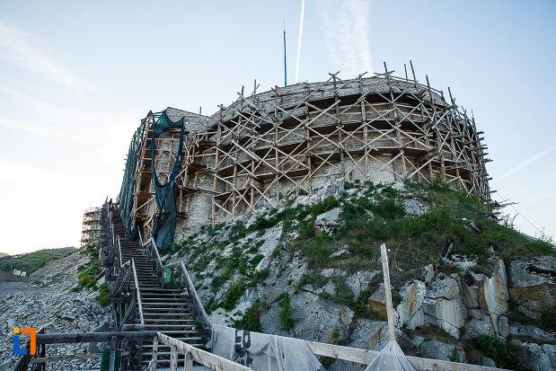cetatea-din-deva-judetul-hunedoara-aflat-in-proces-de-restaurare.jpg