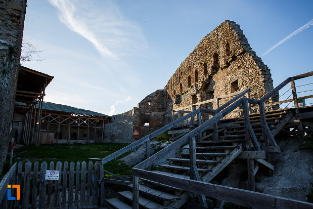 cetatea-din-deva-judetul-hunedoara-curtea-si-zidul-de-tragere.jpg