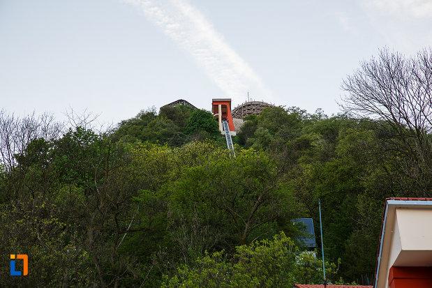 cetatea-din-deva-judetul-hunedoara-dealul-pe-care-se-afla-si-statia-de-telecabina.jpg