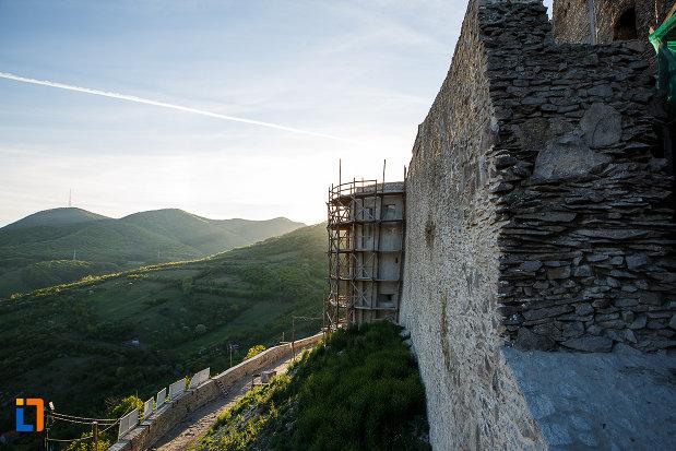 cetatea-din-deva-judetul-hunedoara-drumul-interior-privit-de-sus.jpg