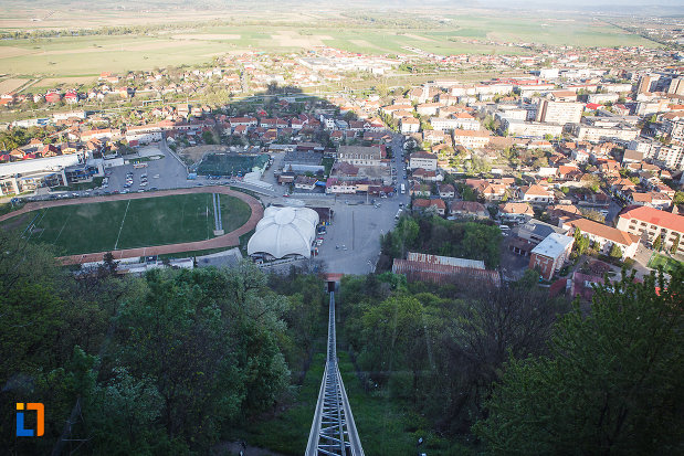cetatea-din-deva-judetul-hunedoara-fotografie-cu-localitatea-invecinata.jpg