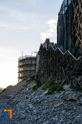cetatea-din-deva-judetul-hunedoara-imagine-cu-bastion-si-scari.jpg