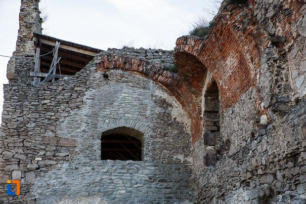 cetatea-din-deva-judetul-hunedoara-imagine-cu-fereastra-de-la-fortificatie.jpg
