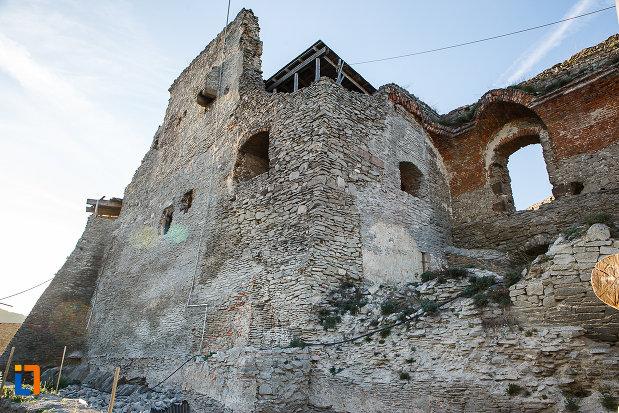 cetatea-din-deva-judetul-hunedoara-imagine-cu-ruinele-edificiului.jpg