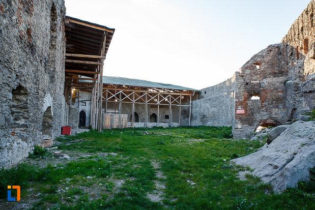 cetatea-din-deva-judetul-hunedoara-imagine-din-curtea-interioara.jpg