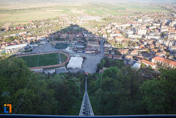 cetatea-din-deva-judetul-hunedoara-poza-cu-orasul-de-la-poalele-muntelui.jpg