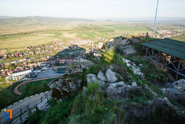 cetatea-din-deva-judetul-hunedoara-priveliste-cu-orasul.jpg