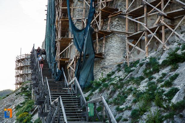 cetatea-din-deva-judetul-hunedoara-scari-si-perete-din-piatra.jpg