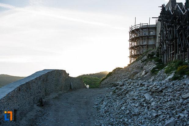 cetatea-din-deva-judetul-hunedoara-zidul-inconjurator.jpg