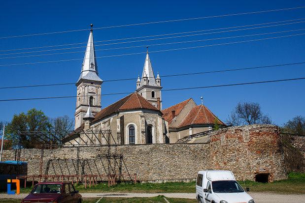 cetatea-din-orastie-judetul-hunedoara-imagine-cu-cele-doua-biserici.jpg