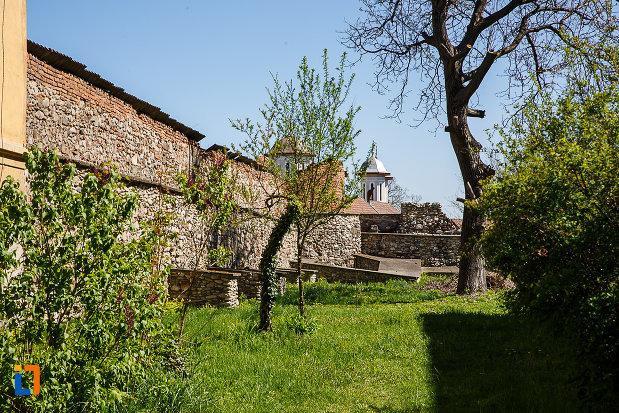 cetatea-din-orastie-judetul-hunedoara-imagine-cu-curtea-interioara.jpg