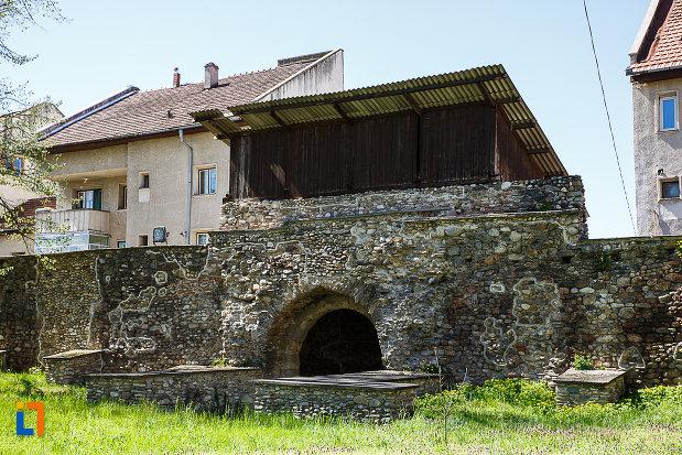 cetatea-din-orastie-judetul-hunedoara-zid-fortificat-vazut-din-curte.jpg