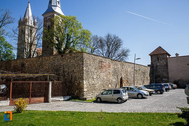 cetatea-din-orastie-judetul-hunedoara-zidul-si-turnul-de-aparare.jpg