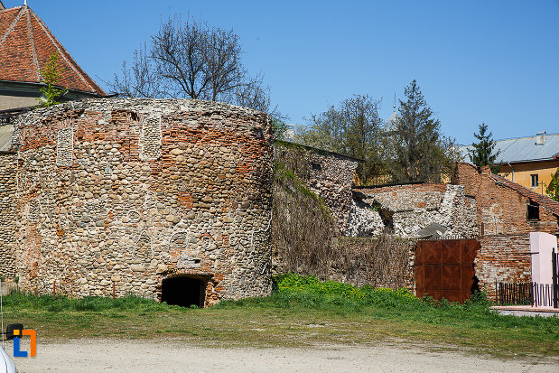 cetatea-din-orastie-judetul-hunedoara-zidul-vazut-din-afara-cetatii.jpg