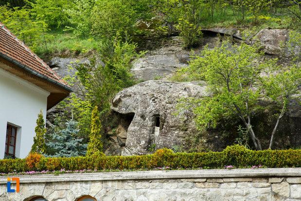 chilie-in-stanca-manastirea-turnu-din-pausa-judetul-valcea.jpg