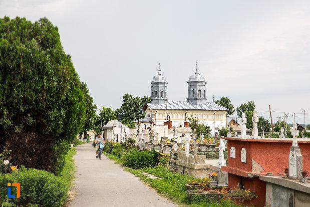 cimitirul-cu-biserica-sf-nicolae-1812-din-gaesti-judetul-dambovita.jpg