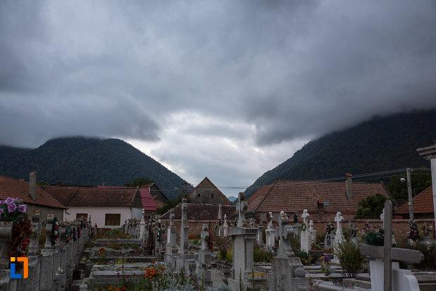 cimitirul-de-langa-biserica-nasterea-maicii-domnului-din-zarnesti-judetul-brasov.jpg