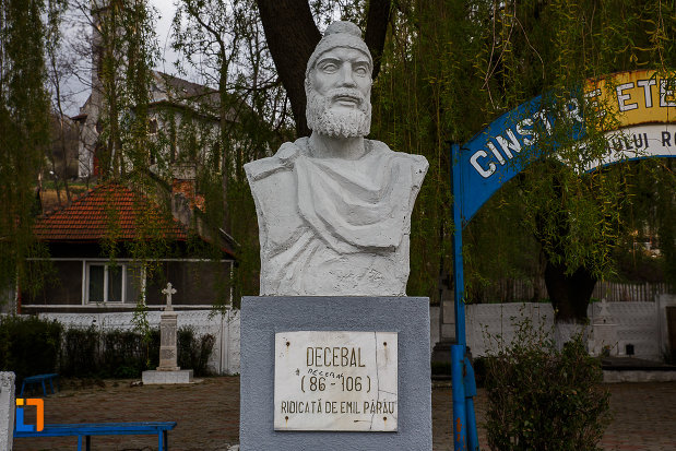 cimitirul-eroilor-bustul-lui-decebal-din-lupeni-judetul-hunedoara.jpg