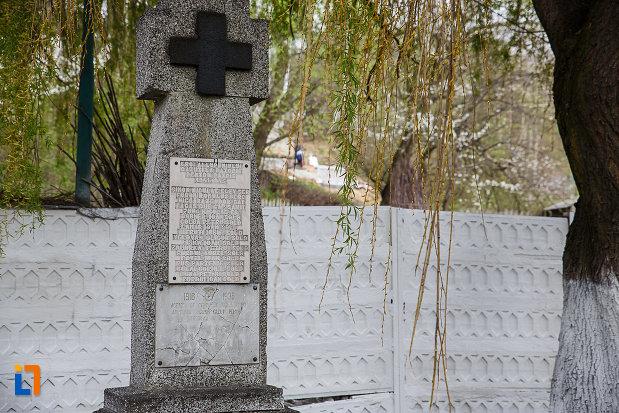 cimitirul-eroilor-busturile-lui-decebal-si-traian-din-lupeni-judetul-hunedoara-cruce-din-piatra.jpg