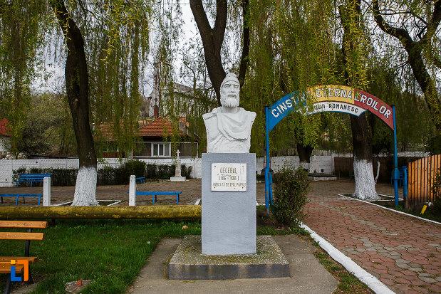 cimitirul-eroilor-imagine-cu-bustul-lui-decebal-din-lupeni-judetul-hunedoara.jpg