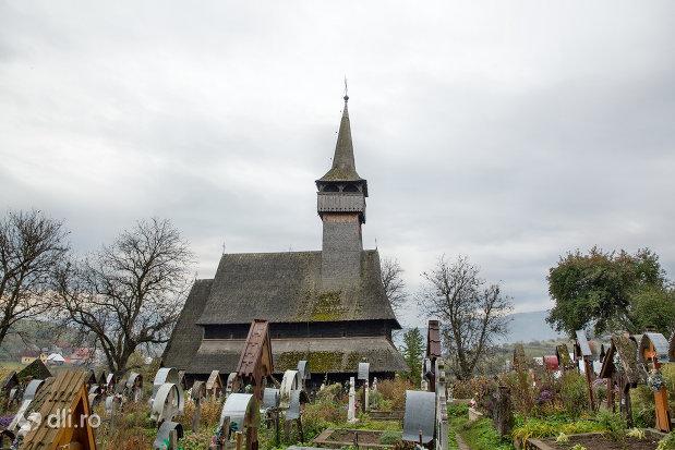 cimitirul-si-biserica-de-lemn-din-ieud-judetul-maramures.jpg