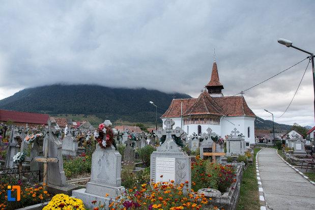 cimitirul-si-biserica-nasterea-maicii-domnului-din-zarnesti-judetul-brasov.jpg
