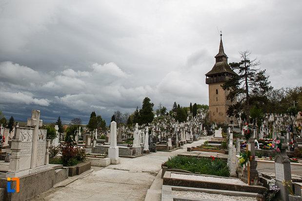 cimitirul-si-turnul-vechii-biserici-ortodoxe-1700-din-deva-judetul-hunedoara.jpg
