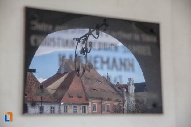 cladire-ce-se-oglindeste-in-placuta-de-la-muzeul-de-istorie-a-farmaciei-din-sibiu-judetul-sibiu.jpg