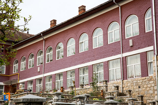 cladire-de-la-manastirea-godinova-din-bocsa-judetul-caras-severin.jpg