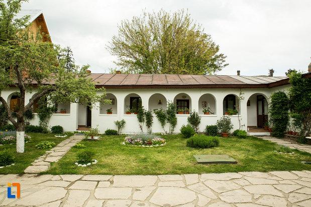 cladire-din-curte-de-la-manastirea-strehaia-judetul-mehedinti.jpg