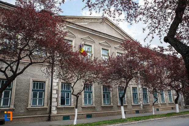 cladire-monument-istoric-din-hunedoara-judetul-hunedoara-imagine-cu-ferestrele.jpg