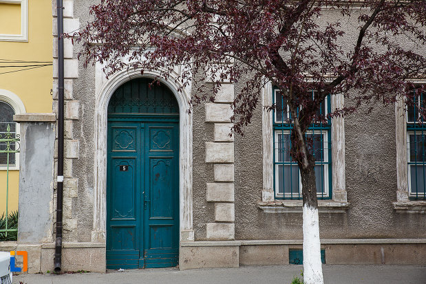 cladire-monument-istoric-din-hunedoara-judetul-hunedoara-poarta-albastra-din-lemn.jpg