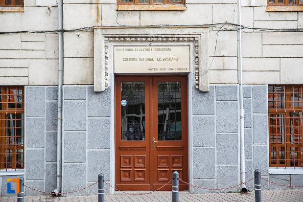 colegiul-national-i-c-bratianu-din-hateg-judetul-hunedoara-intrarea-principala.jpg