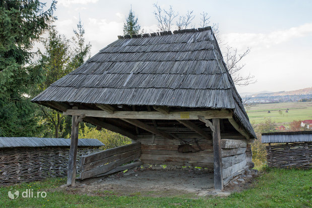 colejna-din-muzeul-satului-din-sighetu-marmatiei-judetul-maramures.jpg