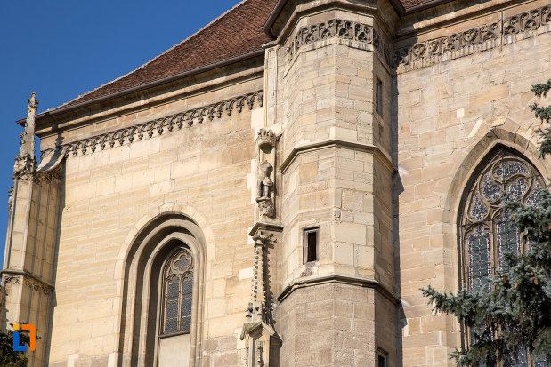 coloana-cu-detalii-biserica-sfantul-mihail-din-cluj-napoca-judetul-cluj.jpg