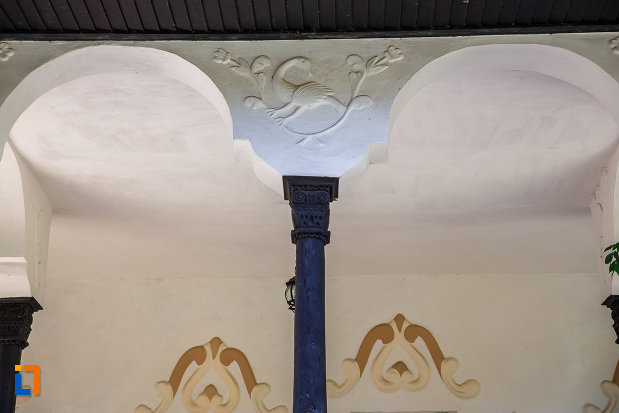 coloana-de-sustinere-de-la-muzeul-conacul-bellu-din-urlati-judetul-prahova.jpg
