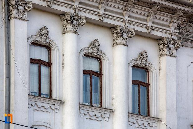 coloane-cu-detalii-palatul-babos-din-cluj-napoca-judetul-cluj.jpg