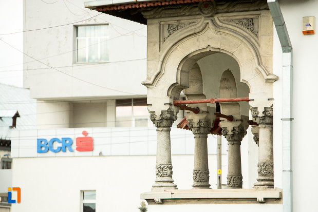 coloane-de-la-biblioteca-universitara-tudor-arghezi-din-targu-jiu-judetul-gorj.jpg